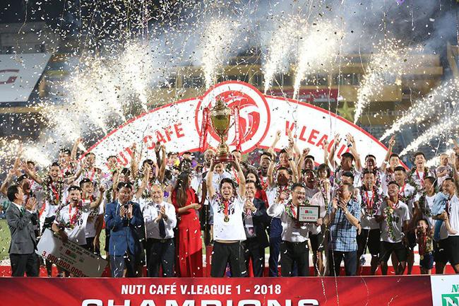 Trọng tài gây bão ở Cúp Quốc gia đoạt danh hiệu Còi vàng 2018 - Ảnh 1.