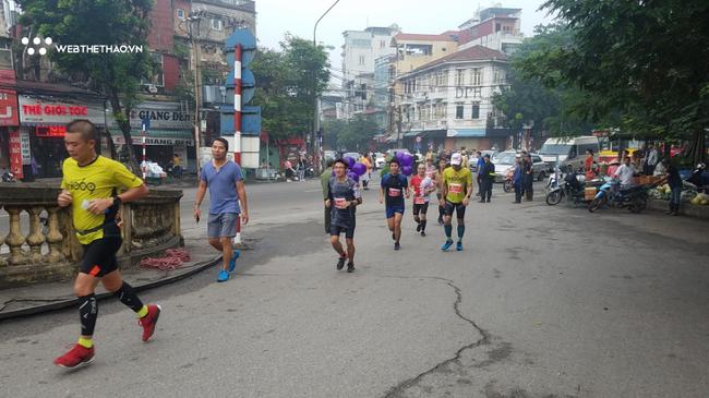 Tượng đài điền kinh Bùi Lương: Xúc động tham dự giải chạy marathon Hà Nội - Ảnh 5.