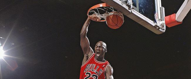 Michael Jordan định nghĩa thế nào là vĩ đại nhất, LeBron James đáp trả cực mạnh: Tôi sẵn sàng - Ảnh 1.