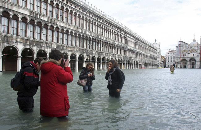 Nhà VĐ Boston Marathon lội nước chạy ở Venice - Ảnh 3.