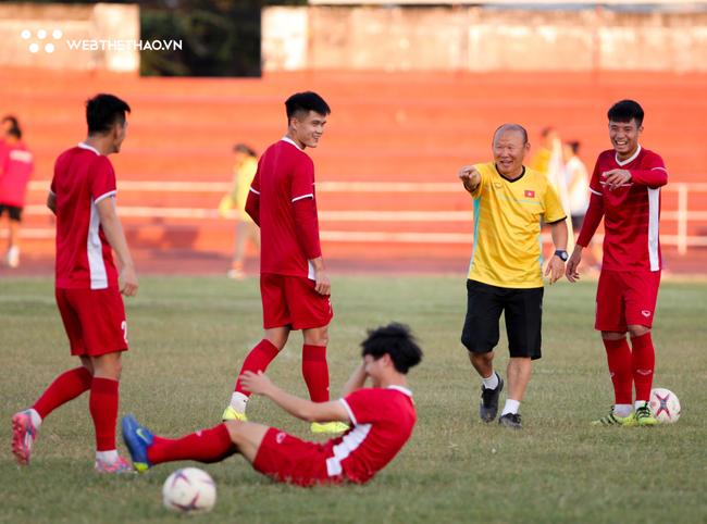 Góc Văn Quyến và AFF Cup: Không thắng được Lào thì nói chuyện gì! - Ảnh 2.