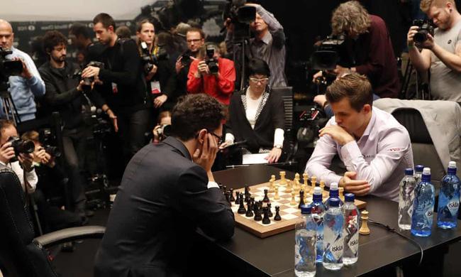 Vua cờ Carlsen đánh bại kẻ thách đấu Caruana để bảo vệ danh hiệu - Ảnh 1.