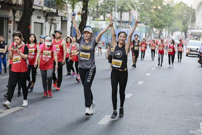 Diễm My 9X rạng rỡ khiến các runner liêu xiêu ở giải chạy marathon quốc tế TPHCM - Ảnh 14.
