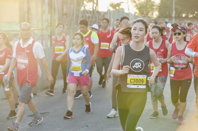Diễm My 9X rạng rỡ khiến các runner liêu xiêu ở giải chạy marathon quốc tế TPHCM - Ảnh 8.