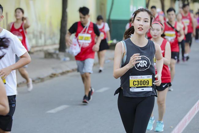 Diễm My 9X rạng rỡ khiến các runner liêu xiêu ở giải chạy marathon quốc tế TPHCM - Ảnh 7.