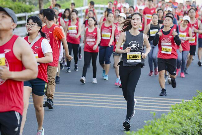 Diễm My 9X rạng rỡ khiến các runner liêu xiêu ở giải chạy marathon quốc tế TPHCM - Ảnh 4.