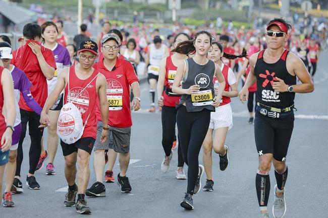 Diễm My 9X rạng rỡ khiến các runner liêu xiêu ở giải chạy marathon quốc tế TPHCM - Ảnh 2.
