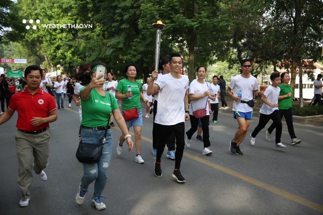 'Hot boy' Lê Thanh Tùng rước đuốc dẫn đầu hàng nghìn người chạy vì trẻ em Hà Nội - Ảnh 2.