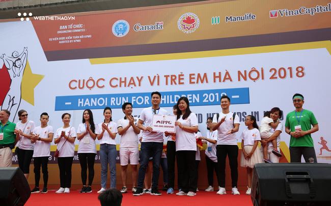 'Hot boy' Lê Thanh Tùng rước đuốc dẫn đầu hàng nghìn người chạy vì trẻ em Hà Nội - Ảnh 4.