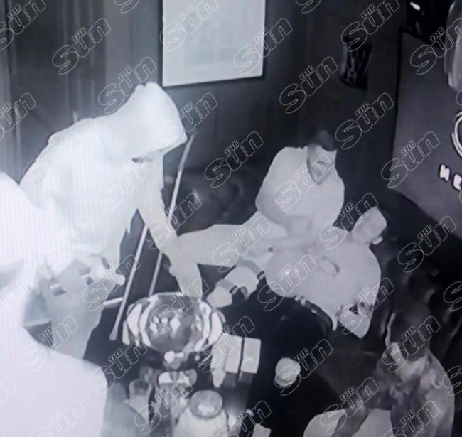Lacazette, Ozil và Aubameyang gây sốc với bữa tiệc rượu và hít bóng cười ngay trước thềm mùa giải mới - Ảnh 2.