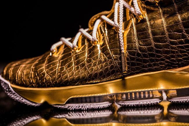 Choáng ngợp trước nét đẹp mê muội và đầy tinh tế trên đôi giày mạ vàng trị giá 2 tỷ của LeBron James - Ảnh 2.