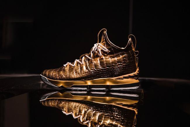 Choáng ngợp trước nét đẹp mê muội và đầy tinh tế trên đôi giày mạ vàng trị giá 2 tỷ của LeBron James - Ảnh 1.