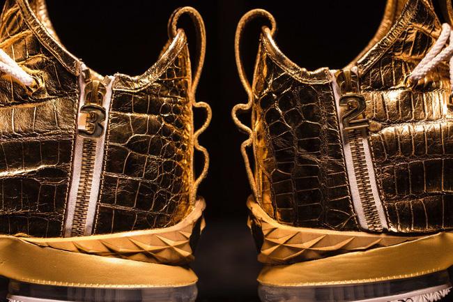 Choáng ngợp trước nét đẹp mê muội và đầy tinh tế trên đôi giày mạ vàng trị giá 2 tỷ của LeBron James - Ảnh 3.