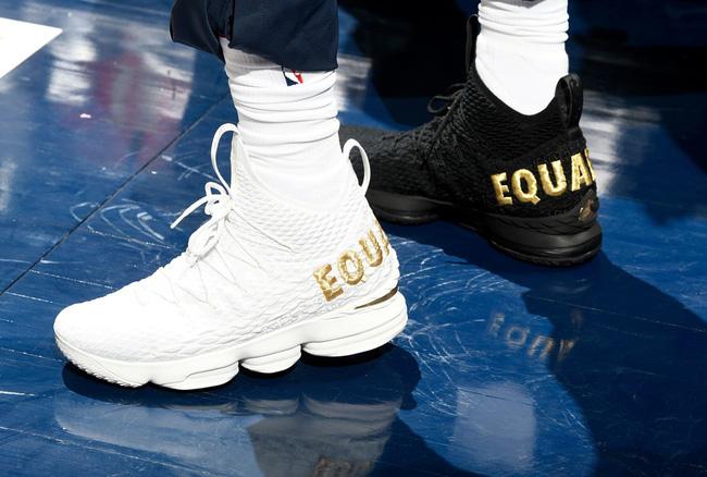 Giày của đức vua: Nhìn lại 15 mẫu Nike LeBron 15 đỉnh nhất mùa giải 2017-18 - Ảnh 2.