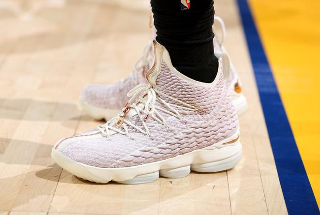 Giày của đức vua: Nhìn lại 15 mẫu Nike LeBron 15 đỉnh nhất mùa giải 2017-18 - Ảnh 3.