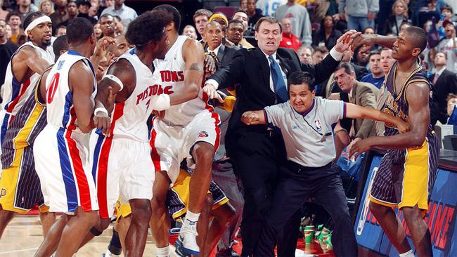 Vui thôi đừng vui quá, thích lao vào đấm nhau như vậy thì đừng chơi bóng rổ - Ảnh 4.