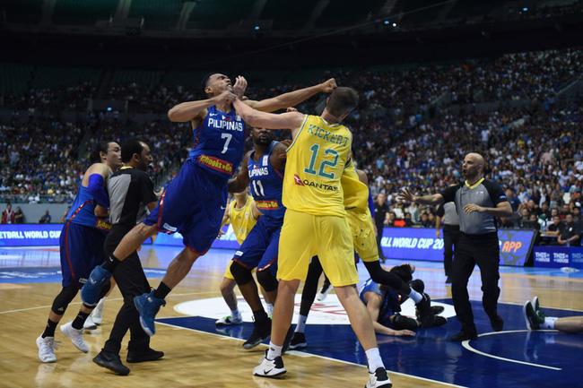 Vui thôi đừng vui quá, thích lao vào đấm nhau như vậy thì đừng chơi bóng rổ - Ảnh 2.
