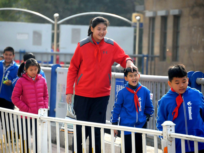 Sốc với chiều cao 2m1 của bé gái 11 tuổi - Ảnh 7.