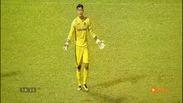 """Pha xử lý tai hại của hàng thủ Than Quảng Ninh """"biếu không"""" bàn thắng cho SLNA"""