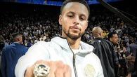 """Stephen Curry khiến fan cảm động khi nhường vinh quang cho """"người lạ ơi"""" tại lễ trao nhẫn vô địch"""