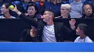 Cristiano Ronaldo đón hụt bóng trong trận Djokovic thắng Isner ở ATP Finals