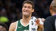 """Đừng đùa với Brook Lopez, trung phong của Bucks đang ném 3 điểm """"cháy"""" hơn cả Stephen Curry"""
