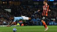 Hài hước: Sterling kiếm phạt đền cho Man City nhờ... vấp cỏ và bài học của Robbie Fowler