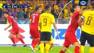 CĐV Malaysia tố Duy Mạnh đánh nguội, xứng đáng nhận thẻ đỏ