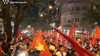 """NHM cả nước xuống đường """"đi bão"""" mừng chức vô địch AFF Cup 2018 của ĐT Việt Nam"""