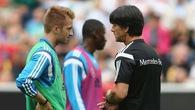 """Bóng chưa lăn, HLV Joachim Low tiếp tục nhận """"gạch đá"""" vì Leroy Sane và Marco Reus"""