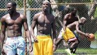 Không chỉ World Cup, Lukaku và Pogba còn đối đầu trên sân bóng rổ