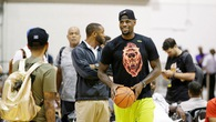 LeBron James diện quần Lakers, tới Las Vegas như một vị vua