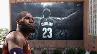 Ngày đau lòng của Cleveland Cavaliers khi poster khổng lồ của LeBron James đã bị gỡ xuống