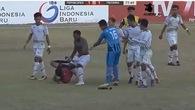 Trọng tài giải Liga 2 của Indonesia bị đuổi đánh như hạng Nhất ở Việt Nam