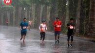 Hấp dẫn cuộc rượt đuổi trong mưa tại Ecopark Marathon 2018