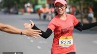 Màn cán đích trong mưa và nước mắt của cô giáo 9X ở Ecopark Marathon 2018