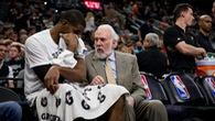 Tin NBA 6/10: LaMarcus Aldridge trò chuyện cùng HLV Popovich