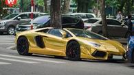"""Siêu """"bò"""" Lamborghini Aventador tiếp tục dán đổi màu chrome vàng"""