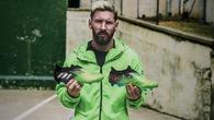 Adidas t?ng giày cho Messi: Không ??n gi?n là m?t món quà
