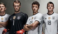 Lịch sử trang phục tuyển Đức: Màu cờ khác sắc áo!