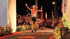 """""""Người thép"""" 86 tuổi lập kỷ lục 17 giờ hoàn thành Ironman Kona"""