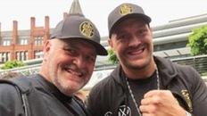 Cha của Tyson Fury bị cấm nhập cảnh Mỹ, hậu quả kéo dài từ... một chai bia