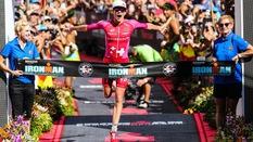 """Sau màn """"thả rông"""", Daniela Ryf bị sứa cắn vẫn VĐTG Ironman lần 4 liên tiếp"""