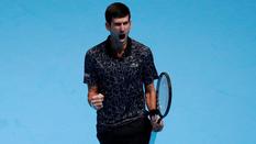 Djokovic thắng dễ Isner, dẫn đầu bảng Guga Kuerten