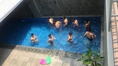 Khoe bụng 6 múi ở hồ bơi, Duy Mạnh tranh thủ bắt nạt Đình Trọng