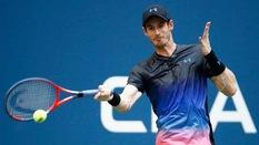 Andy Murray tái mặt sau khi làm rơi kỷ niệm chương