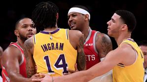 """Đi ngược với các đồng đội, Carmelo Anthony nghĩ Chris Paul phải bị cấm thi đấu """"chục trận là ít"""""""