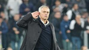 Dybala nói gì với Jose Mourinho sau cử chỉ khiêu khích CĐV Juventus của Người đặc biệt?