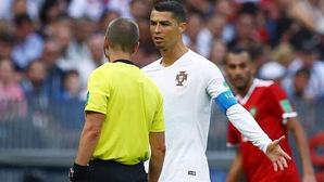 """Cầu thủ Morocco """"điên tiết"""" vì trọng tài… xin áo của Ronaldo"""