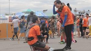 Chàng trai chạy marathon ngỏ lời cầu hôn bạn gái giữa trưa nắng